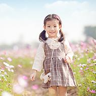 花海中可爱的小姑娘