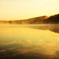 湖畔晨光雾色