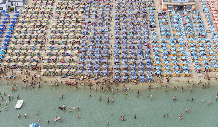 俯瞰意大利海滩度假天堂