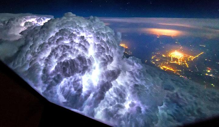 飞行员在天上拍雷暴天气