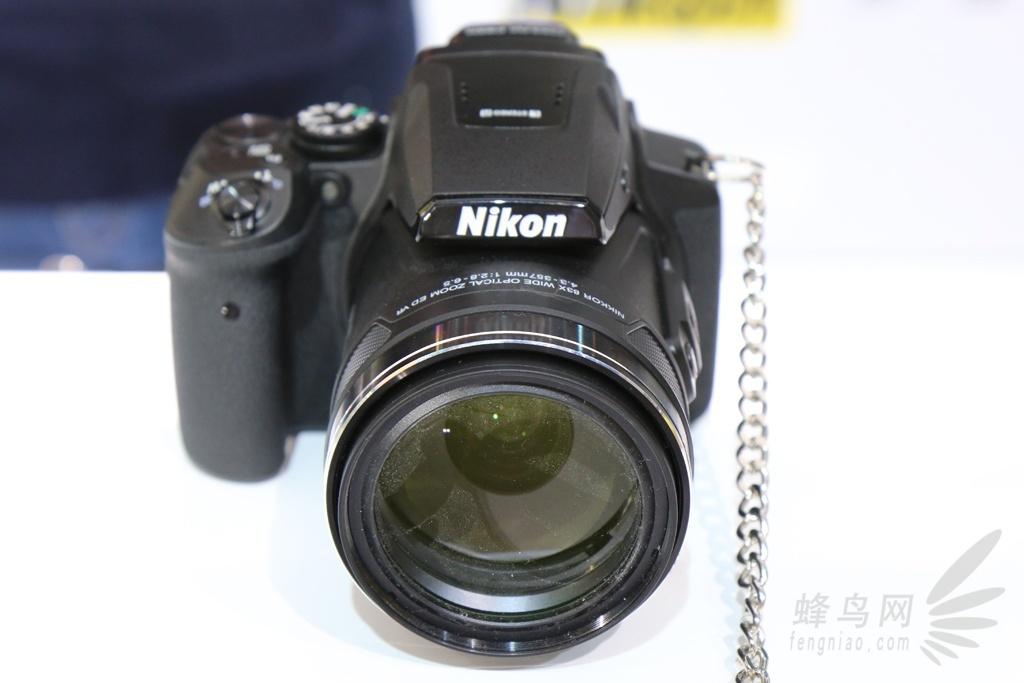 外观及操控感受   在我们的印象中,往往具备超大变焦比镜头的普通数码相机,在体积上很难妥协。反而,它的大小可能更加接近单反。而看到眼前的尼康P900S数码相机,正好也有了这种感觉。它看上去并不具备很好的便携性,而且镜头在最长焦段时,伸缩的比例实在惊人。  尼康P900S数码相机正面图   尼康P900S数码相机背面图   尼康P900S数码相机顶部图   不过,我们认为它的整体造型以及做工还是比较出色的,机身侧