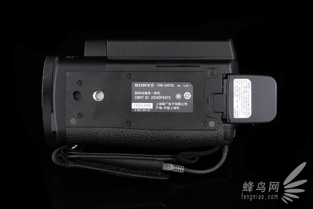索尼FDR-AXP35摄像机4K录制/拍照画质展示   索尼FDR-AXP35摄像机采用一块1/2.3英寸Exmor R CMOS影像传感器,由于采用了背照式技术,使摄像机在低光照情况下可以呈现出更加优异的画质效果。所谓背照式传感器就是将传感器最下方的成像二极管给放到了金属电路上方,这样的结构使传感器可以接收到更多的光线,提高光的效能,因此可以带来更加清晰通透的画面,理论上讲,同等像素密度下的背照式影像传感器能够在没有软件减噪帮助的情况下获得更好的高ISO感光度成像质量。  传统结构CMOS与背照式CMO