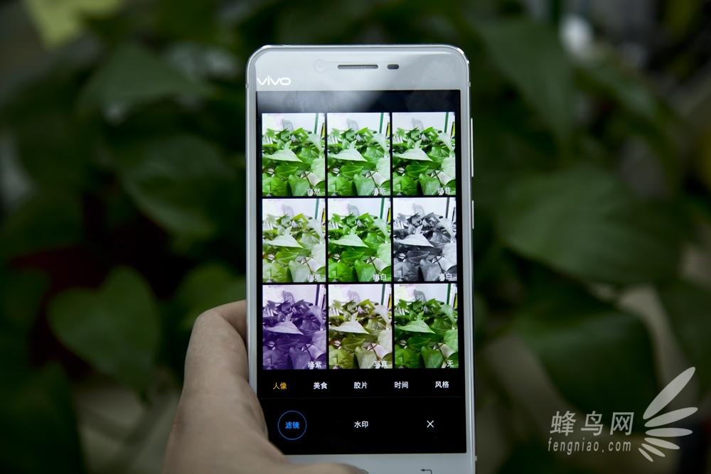 2015年11月30日晚,vivo在北京水立方召开新品发布会正式推出了旗舰新机vivo X6和X6 Plus,湖南卫视著名主持何炅担任本次vivo X6发布会主持人。  vivo X6/Plus手机发布   vivoX6机身正面配备了5.2英寸1080PSuperAMOLED屏幕,加入了2.5D弧形玻璃。硬件采用了64位8核MT6752处理器,辅以4GB运行内存、32GB机身存储空间以及支持快充技术的2400mAh容量电池,同时支持触控式指纹识别技术。网