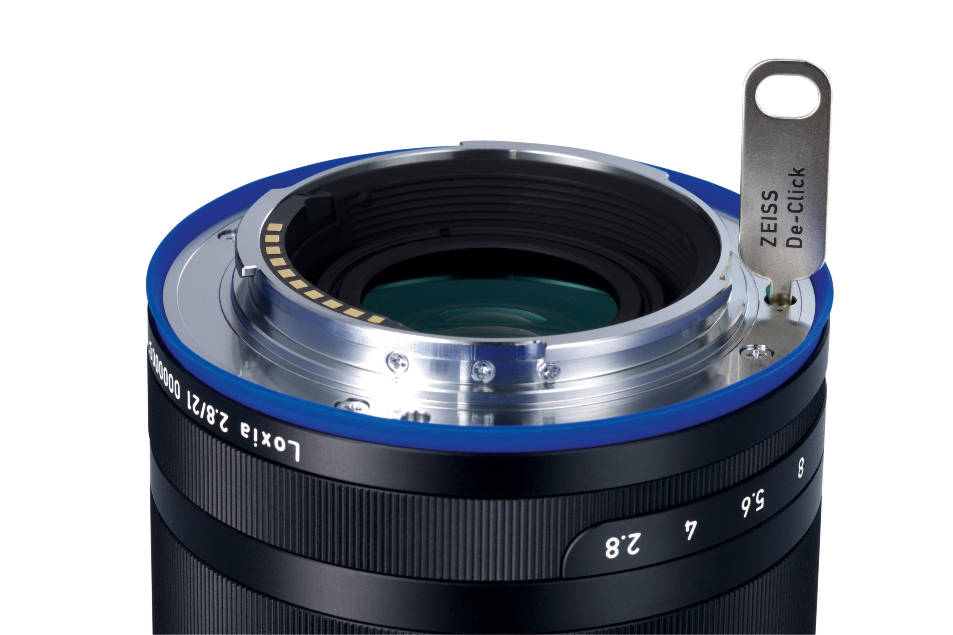据外网报道,蔡司正式发布了Distagon结构Loxia 21mm f/2.8,从该镜头的样片来看,Distagon结构的使用确实没有出现之前Biogon T* 2.8/21 ZM镜头的红移现象,同时该镜头针对A7系列相机的特点进行了优化设计,使其更适合高像素相机使用;该镜采用Distagon结构却并没有使镜头体积变很大,依然算是较为小巧的手动对焦镜头。(外网相关报道)  Loxia FE 21mm f/2.
