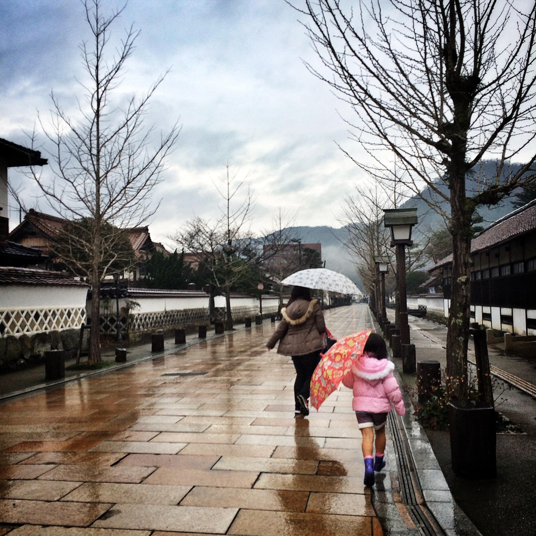 """画中撑伞的女子却变成了我们,行走在""""殿町路""""上,带有白色围墙的古代"""