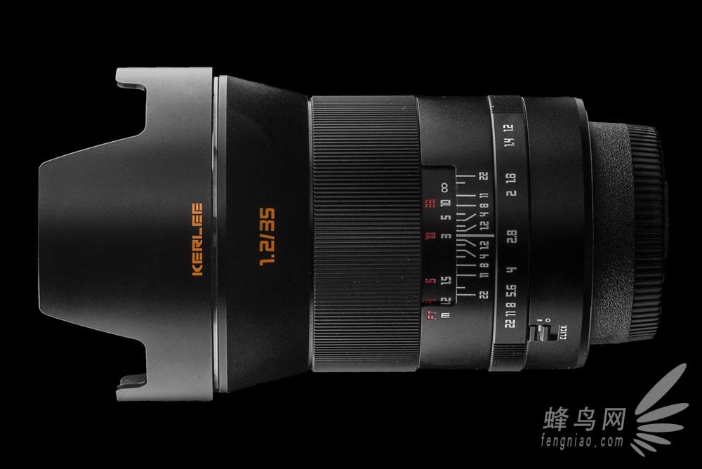 柯立是东正光学旗下全新子品牌,柯立35/1.2是专为广大摄影爱好者开发的一款超高性能支持全画幅单反手动镜头。可兼容尼康F口、佳能EF、索尼E口,宾得K卡口也可通过转接环转接市面上其他品牌相机。柯立35/1.2具备大光圈、柔和的焦外以及丰富的色彩等特点。遮光罩与镜头外壳都是全金属打造,做工扎实,精致美观。采用铜镀铬金属卡口。防锈耐用。多层镀膜设计,减少杂光和鬼像。目前这款镜头的正在接受预定,预售价格3280元。  柯立35f/1.