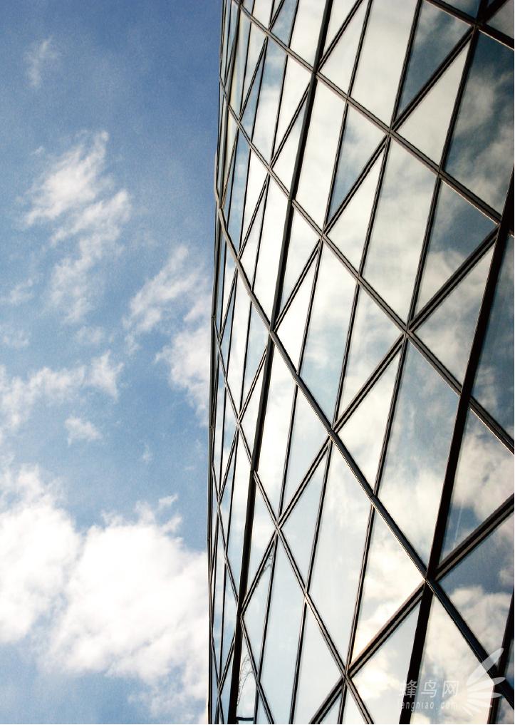选择最佳拍摄角度   现代建筑有些具有优美的轮廓,有些有很强韵律感的线条结构,而非常多的现代建筑更是直冲云宵。在拍摄具有不同风格的现代建筑时,可以根据建筑物的特点,以最合适的拍摄角度来突出体现其建筑风格。    对于高大雄伟的建筑,仰视是最常见的拍摄角度,可以表现出建筑物的高耸和壮观。此时由于画面的透视性,使建筑物的线条形成向上急速汇聚的趋势,这种趋势不仅增强了画面的纵深感,而且更好地表现了建筑物高耸的感觉。   &#16
