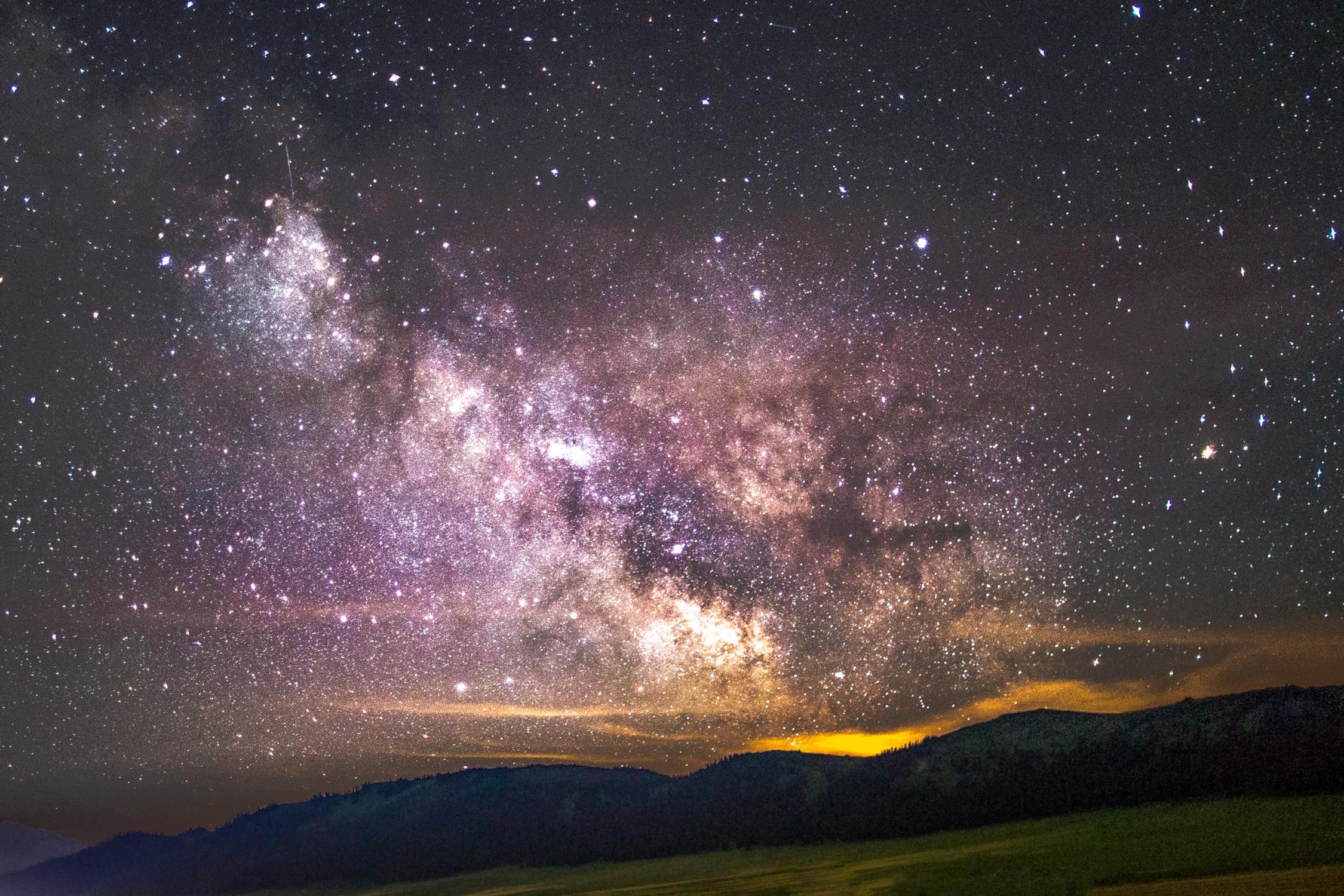 既然有机会拍到银河,那么自然要拍拍其他类型的,譬如做成GIF,拍延时摄影,看着银河从东边移动到西边,很神奇,很美妙。一分钟拍一张,每张曝光30秒,后期通过PS时间轴,制作成GIF动画。    经验分享:星空600法则,指的是用600除以你的焦段(等效35mm的焦段)然后得到的数值就是你的最大快门速度。众所周知,银河是移动的,所以快门时间太长可能会出现拖影的现象。不过一般缩图后,星星就算有一点点移动,也是看不出来的。个人建议,对于全画幅相机,14mm的焦距可以曝30秒,24mm的焦距个人建议不要超过1