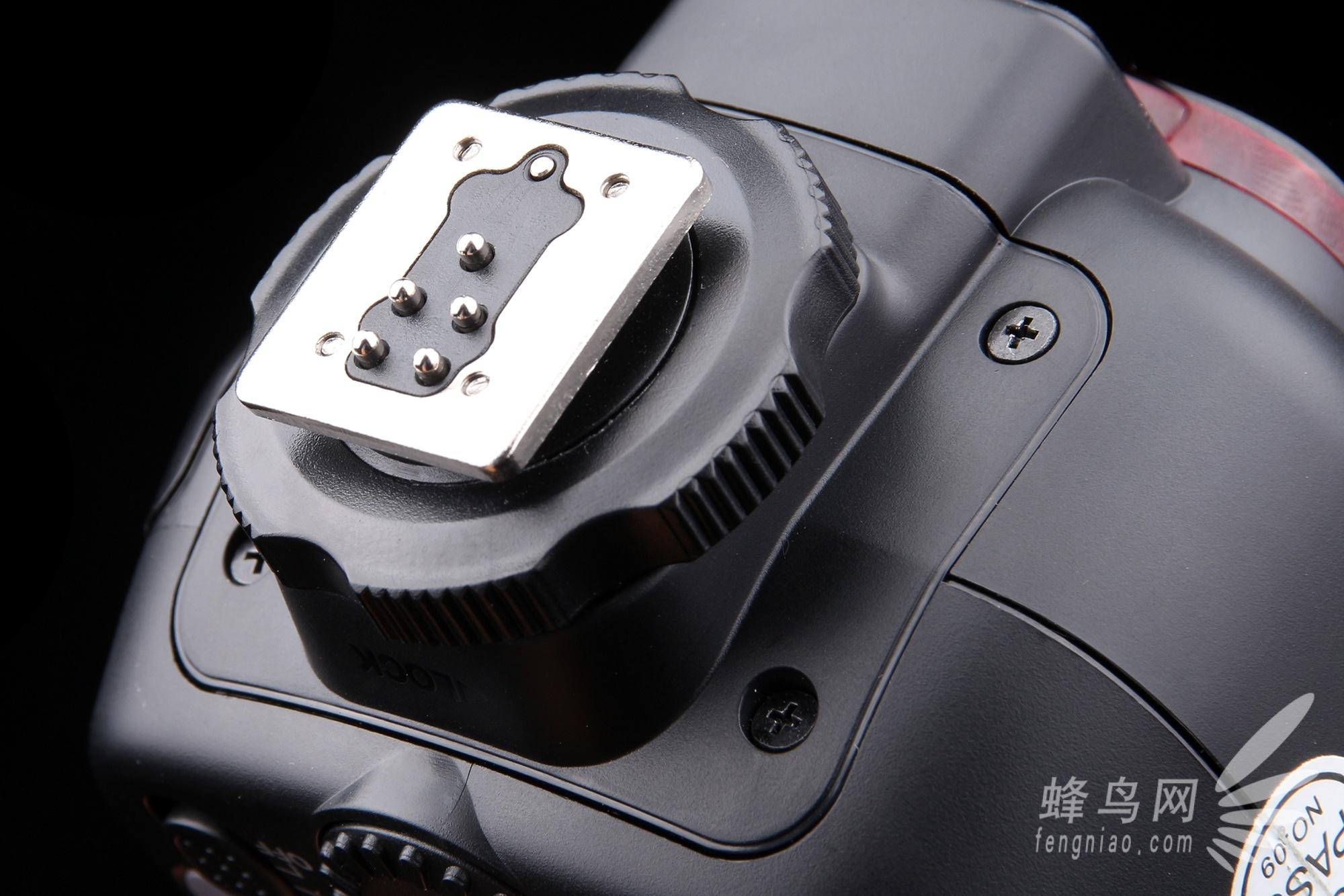 热靴锁定机构使用的还是比较传统的旋钮锁定结构