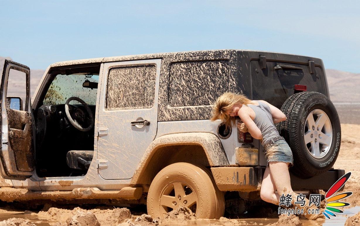 鲁莽美女自驾越野车深陷泥潭