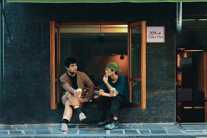 喝咖啡,这是一条绿树成荫的街道以其欧式风情而闻名