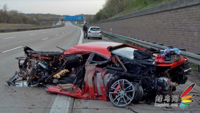 驾驶员只轻伤 法拉利时速300爆胎撞毁 汽车频道 蜂鸟网高清图片
