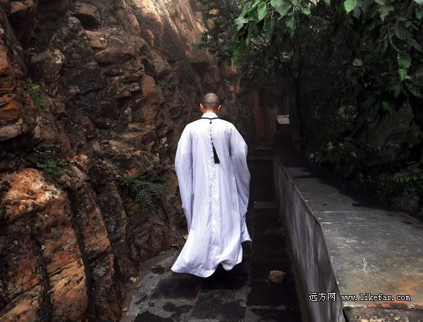 僧人意境图片-佛道两参 北京房山圣莲山行摄攻略