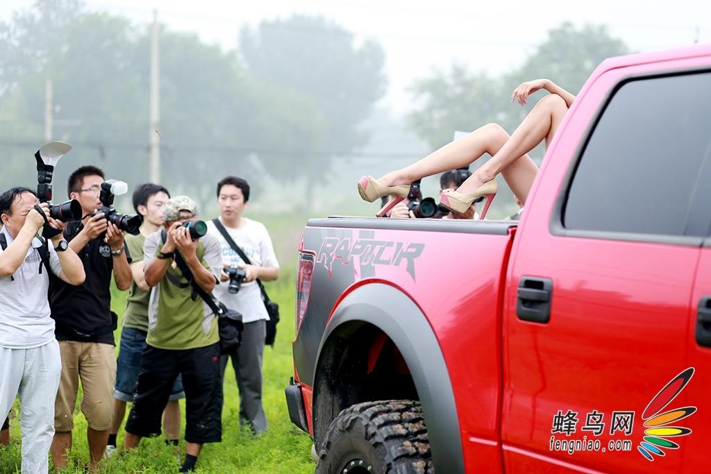 蜂鸟网模特大赛越野车外拍
