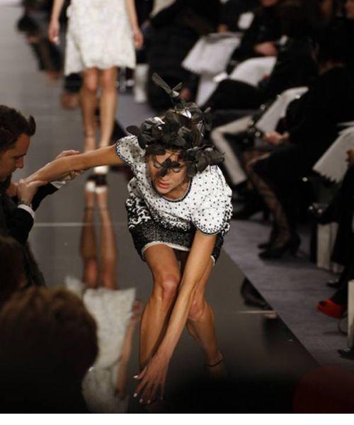 不慎摔倒走光:模特在T台上的尴尬瞬间