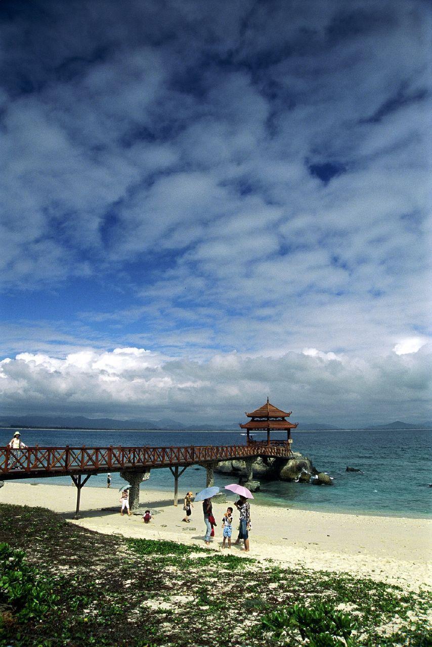 Top 2:恋在海角迷在天涯三亚   三亚,位于海南岛最南端,是中国最南部的热带滨海旅游城市。三亚市别称鹿城,又被称为东方夏威夷,它拥有全海南岛最美丽的海滨风光。  三亚  三亚  三亚   三亚拥有亚龙湾、天涯海角游览区、南山文化旅游区、大小洞天风景区、大东海风景区、鹿回头公园、三亚湾风景区、落笔洞游览区及西岛、蜈支洲岛海上乐园等著名景点。