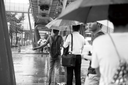 用相机记录雨中的温情与趣味