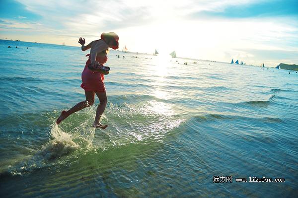 对于大多数度假者来说,最好的运动却是捧杯菠萝或芒果奶昔,躺在沙滩上发呆,让一身都市浮白在阳光下慢慢晒成小麦的颜色。每天清晨和黄昏,来往于白沙滩北端的潜水学校和南端的饭店间,一个多小时的沙滩漫步从没让人厌倦过,我甚至连鞋都不愿意穿  踏着浪花舞蹈 作者:Vmax   沙滩? 世界最受欢迎沙滩之一,世界最美沙滩之一。   交通? 国内有直飞航班而且便宜。   消费? 土豪去了回来可以是土豪可以变屌丝,屌丝去了回来还可以当屌丝。   饮食? 唯独没见过火星菜.