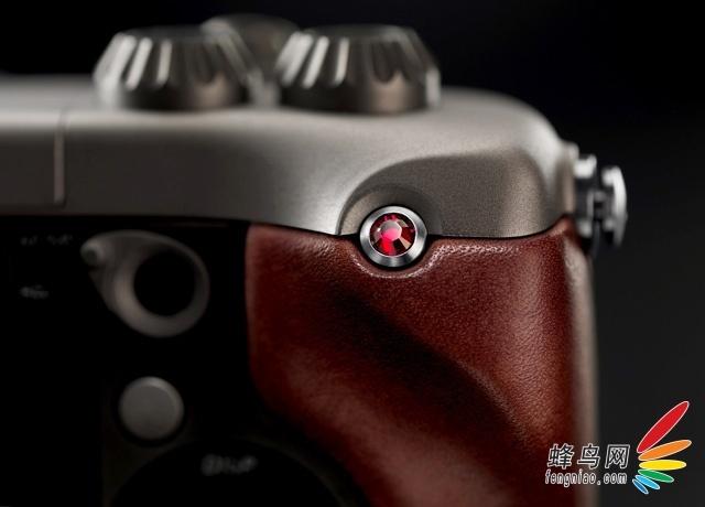 哈苏Lunar使用了索尼E卡口的可换镜头设计,机身外观有黑色、银色和钛合金三款,看上去非常亮骚。它拥有2430万像素APS-C画幅图像传感器,具备25点自动对焦系统,整体配置不俗。本周内,该产品报价降低到29000元,降幅明显。  哈苏Lunar数码相机   哈苏Lunar拥有堪称奢华的做工和机身材质。并且可以根据客户的喜好定制手柄材质,比如红木、碳纤维、皮革等奢侈品级别材质。与索尼NEX-7一样,它还配置了3英寸液晶显示屏,显示精度为92万像素。  哈苏Lunar数码相机  哈苏Lunar数码相机