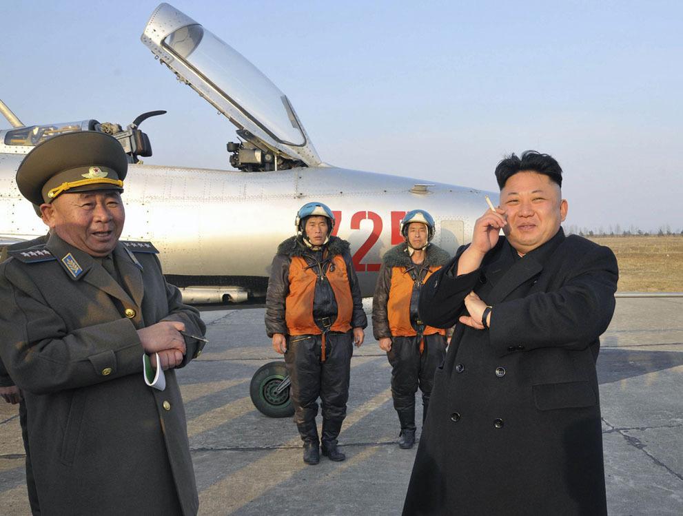 朝鲜人民军空军_2014年3月17日金正恩视察朝鲜人民军188空军与防空部队时抽烟.&#160
