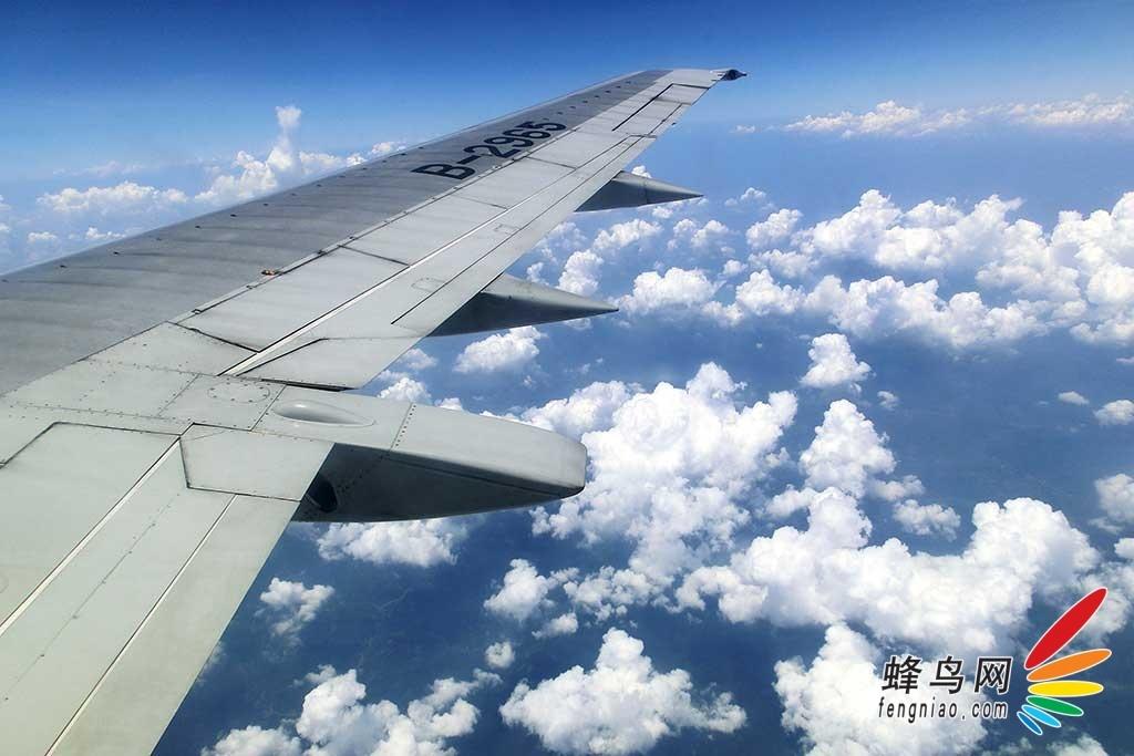 佳能eos 6d相机透过飞机舷窗拍摄白云朵朵