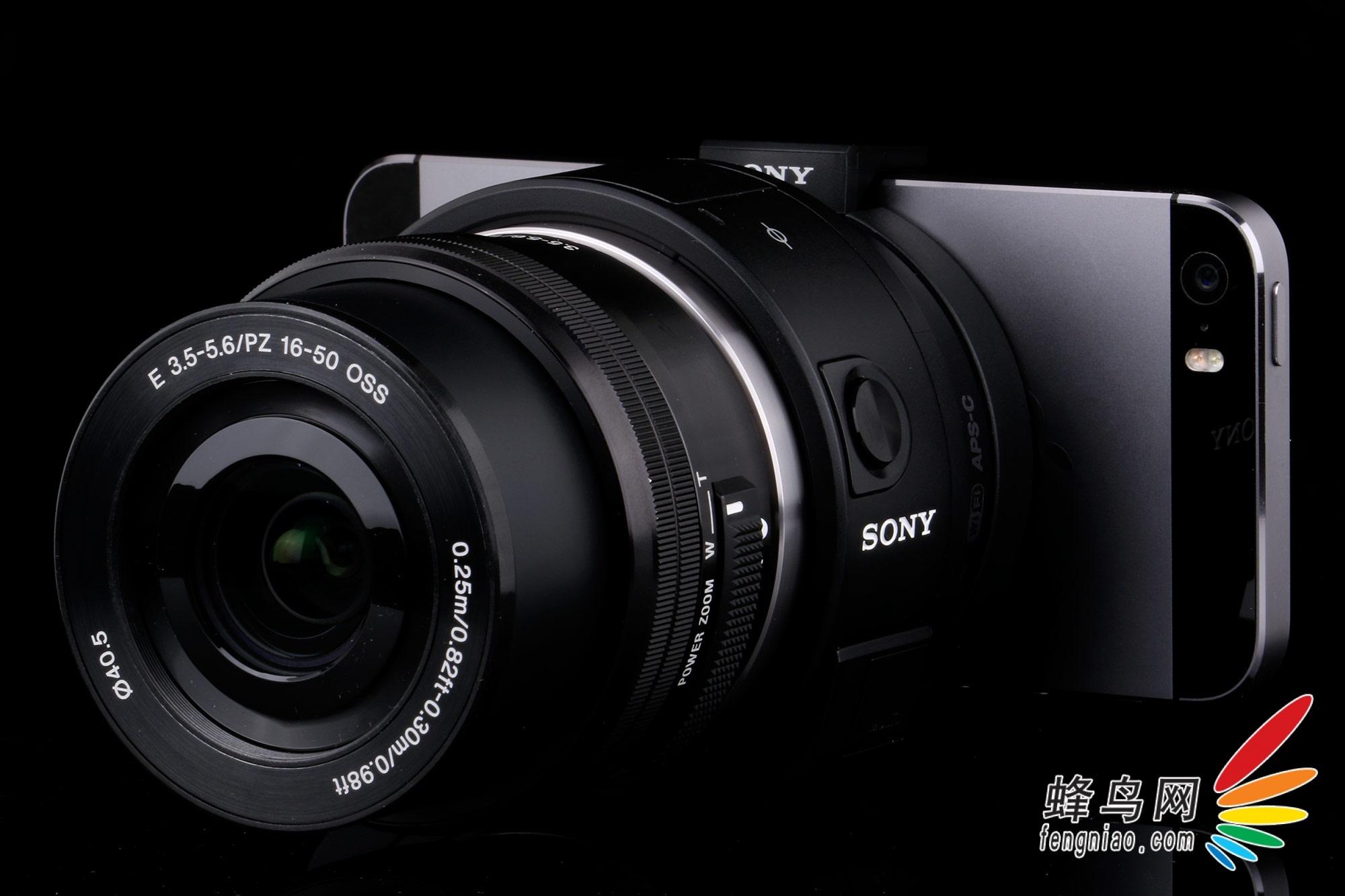此小型相機已插入手機,并且相機靠近Sony Black Card.