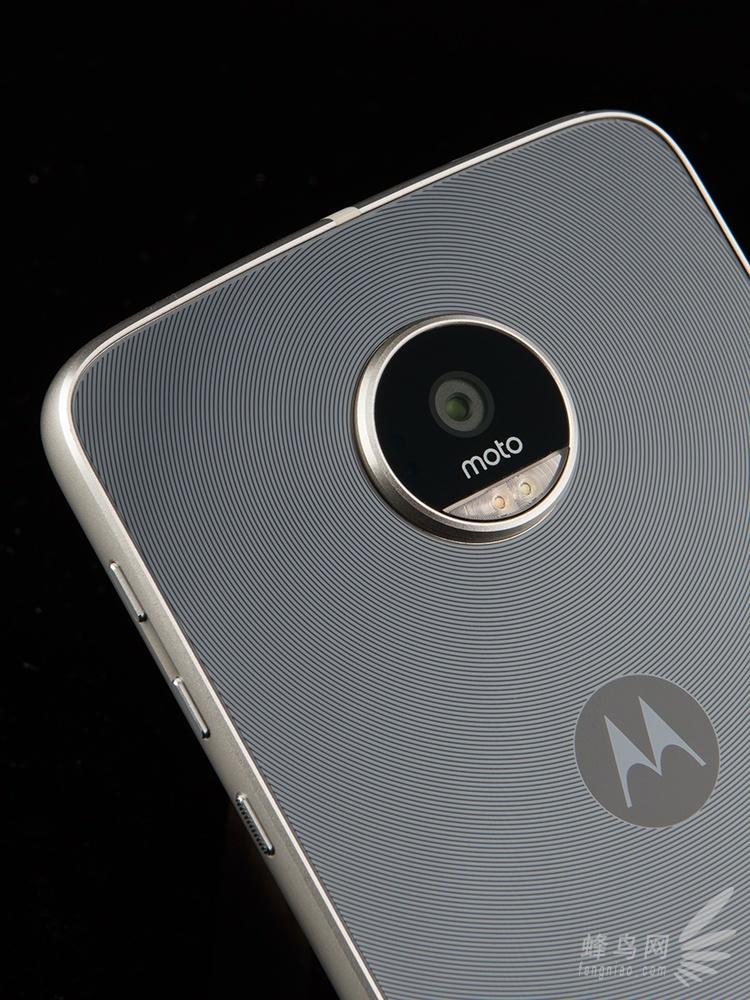 说到摩托罗拉手机大家一定会想到那句经典的广告语Hello Moto,作为联想集团旗下的一员,Moto本次推出了包括Moto Z、Moto Z Play智能手机及Moto Mods模块在内的一系列产品。但面对国产手机激烈的竞争中,MOTO能给消费者带来什么惊艳呢?  MOTO Z Play全网通开箱照片   Moto Z Play手机采用5.