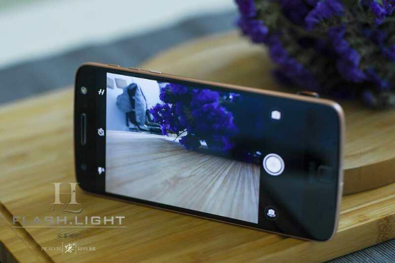 无论是摄影爱好者还是职业摄影师,大家都会手持一部自认为拍照功能强大的手机。所以对手机市场来说,除了手机本身的功能以外,手机摄像头、拍摄功能都在行业中备受关注。    作为老牌的智能手机厂商,Moto这次和哈苏的联手还真是让人眼前一亮。    以模块化概念为主,借助模块化设备,可以随时在手机、专业相机和高品质移动音箱、投影仪之间转换角色。     说实话,拿到这款手机以后,第一感觉,就是单机Moto Z机身好轻薄,真的很薄,厚度只有5.