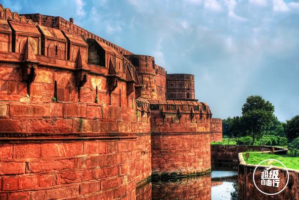 大厅,高塔和清真寺,虽然大部分建筑年久失修,墙壁上的石雕和镶嵌画却