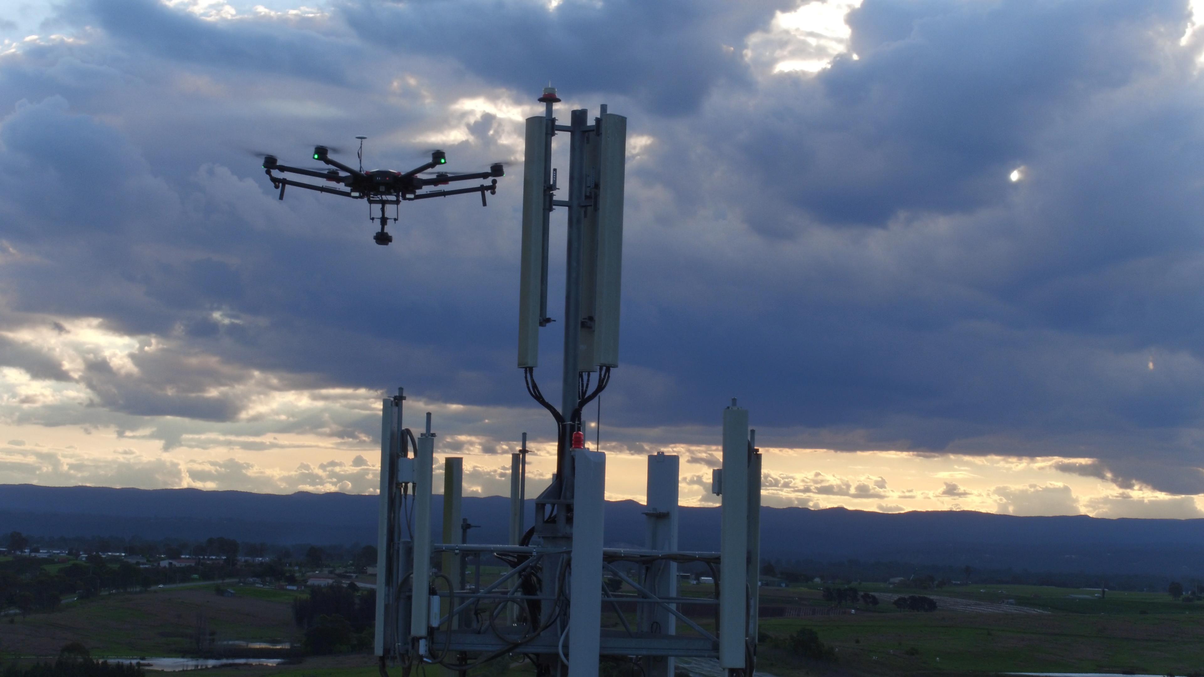 在检测电塔,风力发电机时,飞行器无需接近设备,在远处即可观测和记录