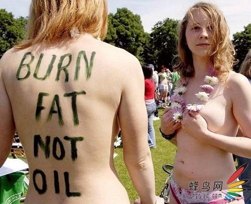 实拍裸身抗议烧石油