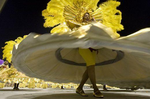最大的狂欢节  里约热内卢狂欢节最早并没有固定的场所,全...