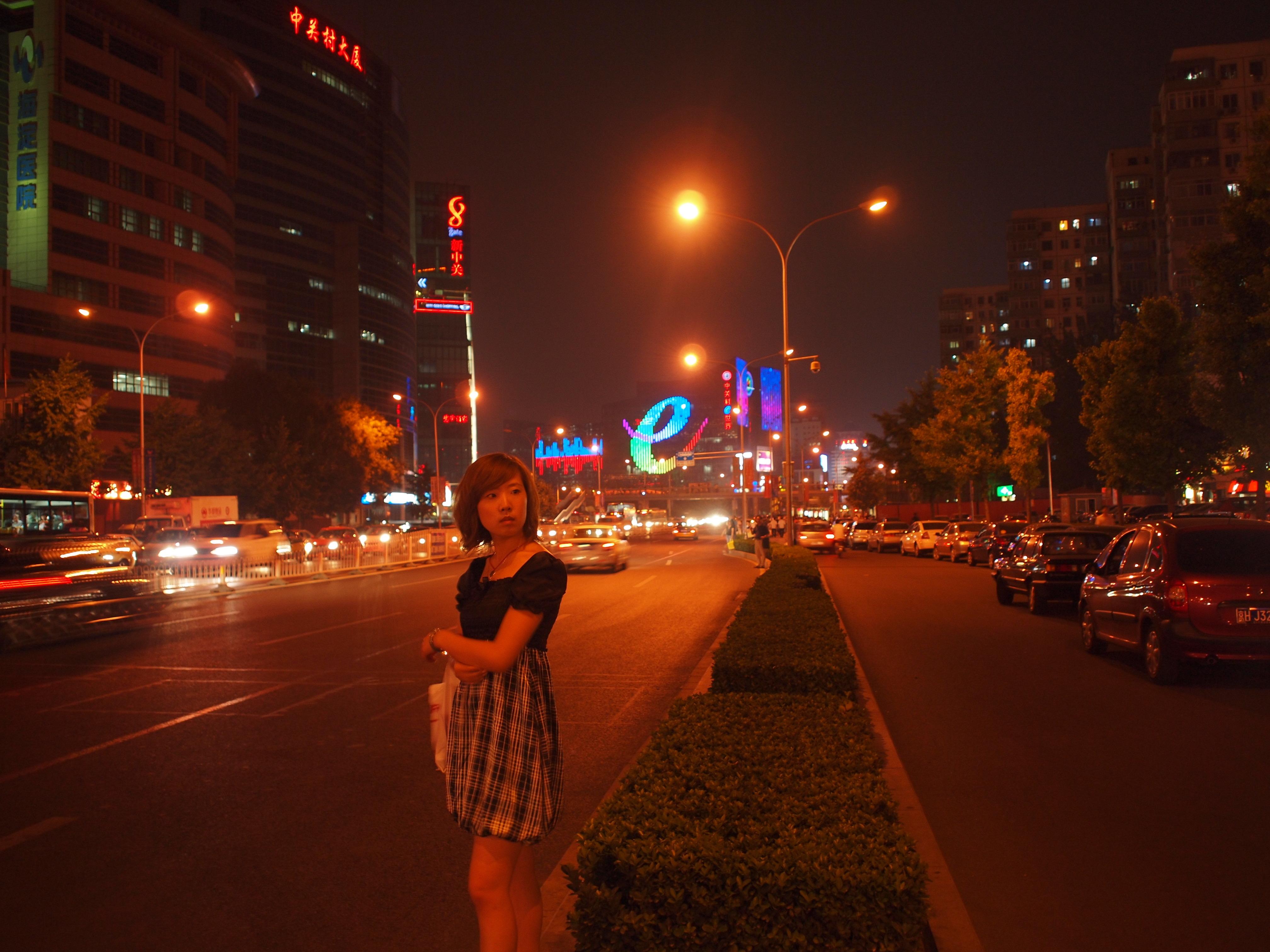 夜景模式下,相机会自动进行色彩渲染,以加强夜景下霓虹灯的绚丽.