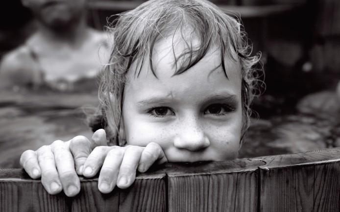 摄影师注释 这是我和家人在丹麦日德兰半岛一个农场度假时拍摄的。Heidi是我堂兄的女儿,圣诞节那天,她和其他孩子一起参加了芬兰的木浴盆洗浴。我自己没去泡 澡,而是在外面拿着相机,因为我认为在阴天中,寒冷的空气和热气腾腾的水可能产生非常柔和的照明条件。我给这些孩子拍过很多照片,所以他们习惯了相机后面 的我,一直用不同的表情摆姿势。我拍摄的Heidi的照片中大约有15张十分出色,其中的她有着各异的表情。选择这张照片是因为她漂亮的脸,以及在那个特 定时刻所展示的自信。 技术数据: 佳能EOS 5D; y