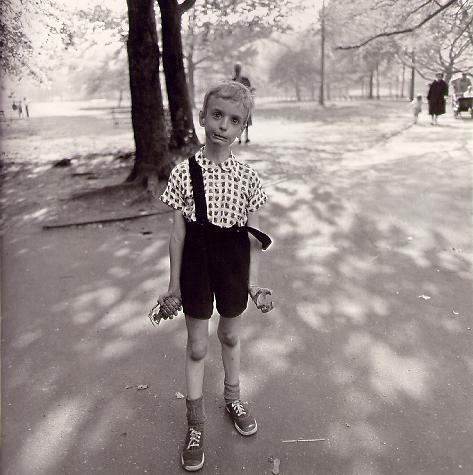 阿勃斯名作 手握手榴弹的丑陋孩子