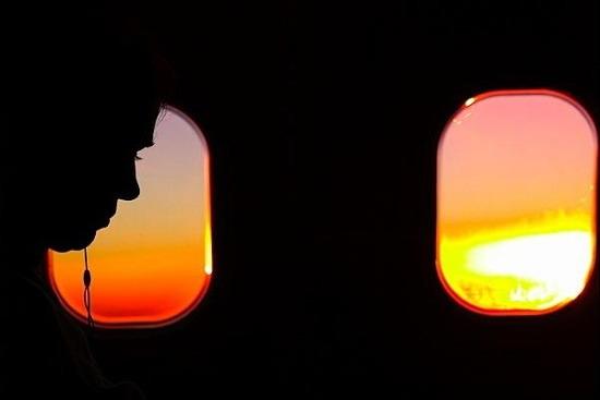 如何透过飞机的窗户拍摄好照片