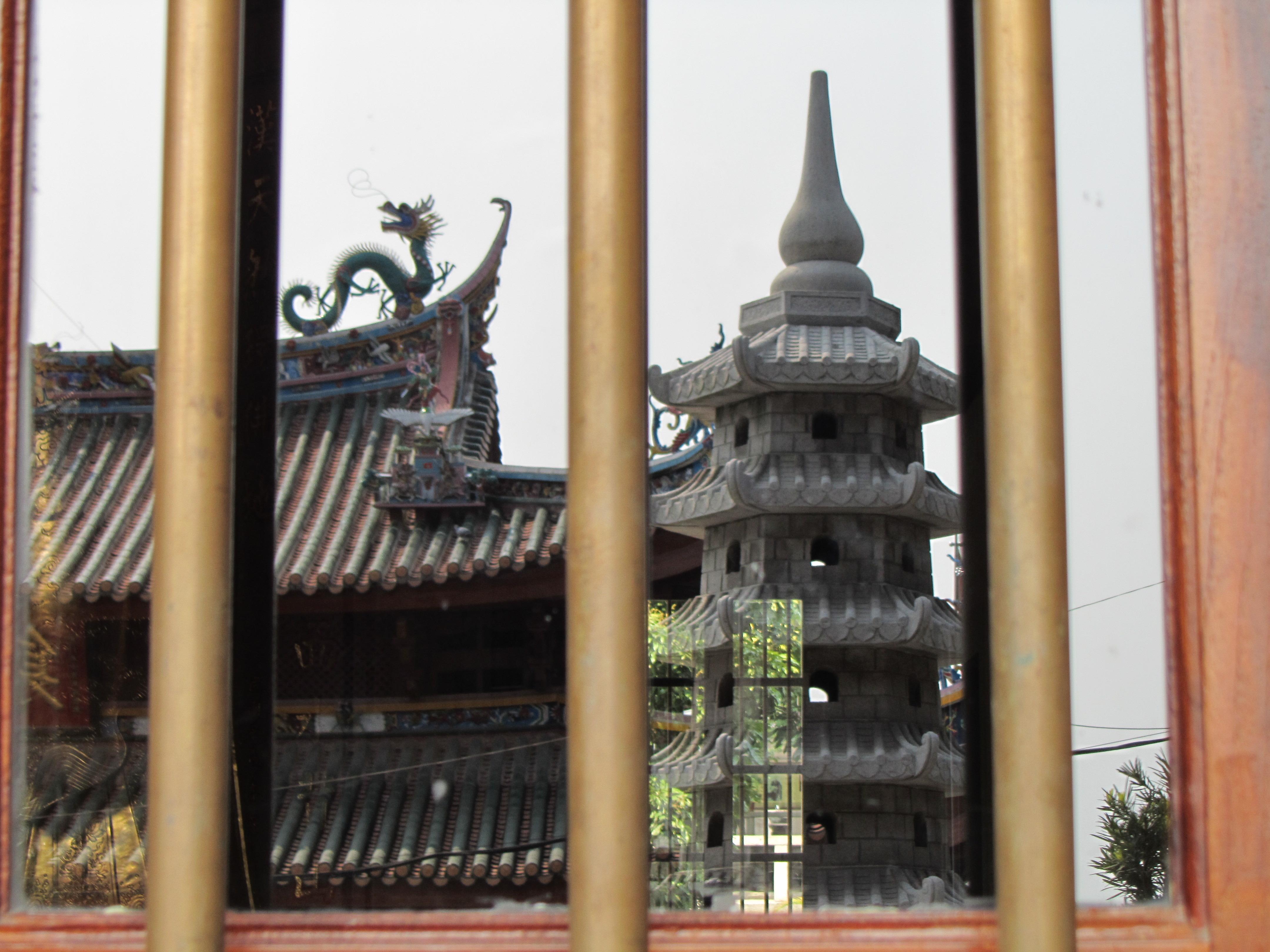 屋檐一角和门前的佛塔
