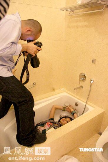 乐基儿大玩浴缸诱惑 躺摄影师胯下拍写真