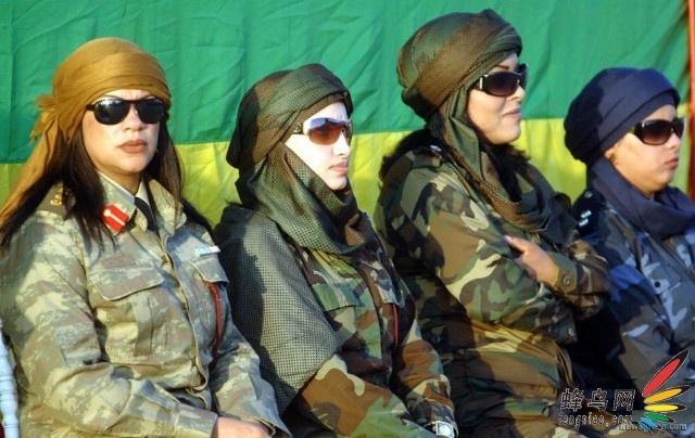 图为开幕式上的卡扎菲女保镖.
