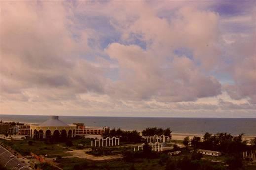 照片的最终效果已经变成了洒满夕阳的景象,就连云层,房屋,大地,海面都