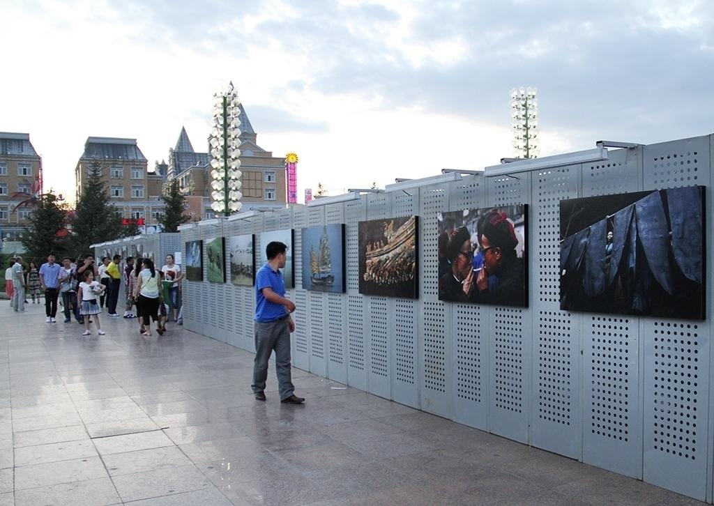 摄影节延续上届的展览形式和风格,依然采取户外展出的形式,通过近500