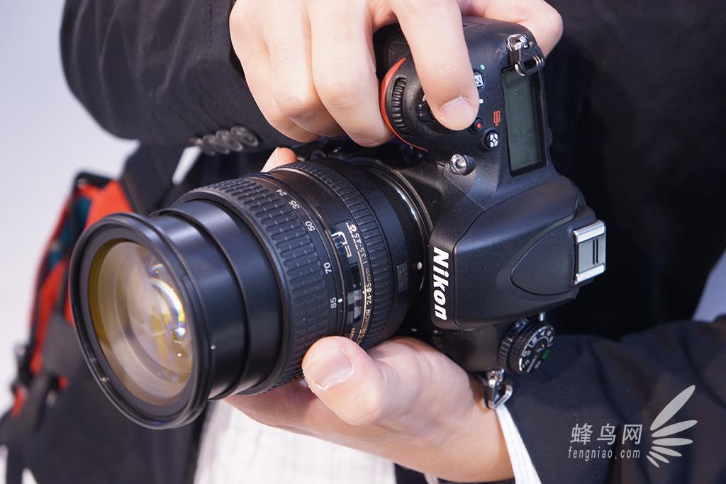 D600机身细节 在取景不见设计了上,尼康D600使用了新开发的100%视野率且0.7倍放大率的玻璃五棱镜光学取景器以及一枚3.2英寸92.1万像素显示精度的LCD。后者的表面配有强化玻璃,可有效减少各零件表面反光以提供良好的能见度,支持实时取景拍摄静态图像以及动态视频。       D600机身细节 机身顶部的快门按钮为倾斜设计,具有不错的手指操控感,为了不影响快门释放操作,将电源开关设计成平的,并且与机身表面没有高度差,增强握持感。而摄录按钮靠近快门按钮的设计,也有效保证了摄录时相机的稳定性。